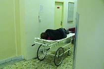 Nebezpečný útočník si svým agresivním chováním způsobil poranění, se kterým byl převezen do rychnovské Oblastní nemocnice.