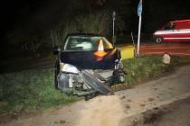 Doposud neznámý řidič vozu zn. Ford Focus v mírné pravotočivé zatáčce přejel vlevo do protisměru a předkem narazil do ocelového zábradlí mostu.
