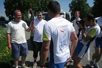 Světový den harmonie. Na trati mezi Dobruškou a Opočnem si předali štafetu, hořící pochodeň, starostové obou měst , a to Petr Tojnar (se znakem Dobrušky na tričku) a Štěpán Jelínek.