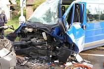Dopravní nehoda dvou vozidel u Doudleb nad Orlicí si vyžádala devět zraněných (9. června 2008).