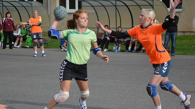 Sedmi góly se podílela Andrea Henclová (na snímku vlevo) na vysokém vítězství házenkářek Dobrušky ve Studénce.