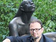 Sochař Karel Bartáček u jedné ze svých soch. A také není bronzová, ale z polyesteru.