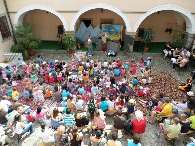 DESÍTKY NADŠENÝCH dětí i jejich rodičů sledovaly představení na nádvoří zámku.