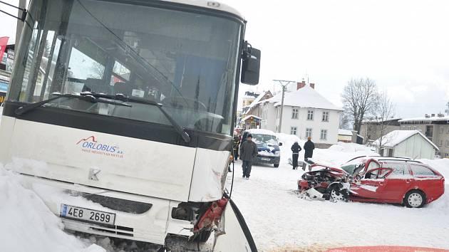 V Deštném došlo ke kolizi linkového autobusu s osobním vozem.