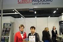 Na veletrhu v polských Katowicích se úspěšně prezentovalo Rychnovsko. Zájem byl hlavně o mapy Orlických hor.  Na fotografii vlevo dole Jana Matyášová a Miroslava Nováková (vpravo).