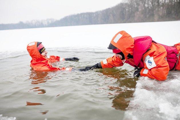 Cvičení dobrušských hasičů na rybníku Broumar.