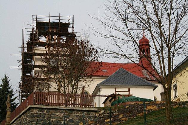 Pěčín - kostel zasvěcený sv. Janu Křtiteli.