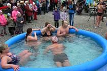 Otužilci se koupali v bazénech na dobrušském náměstí.