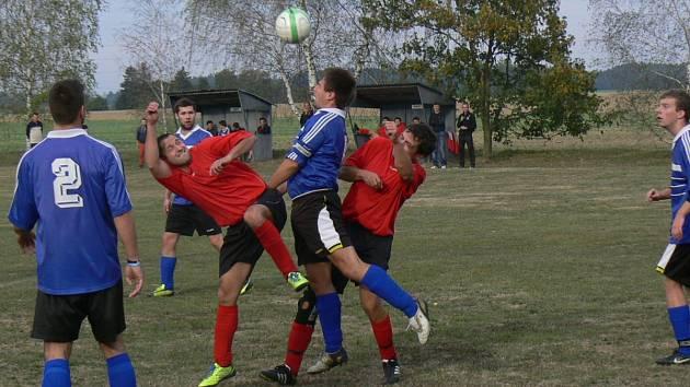 Na snímku hostující kapitán Jan Hanuš odvrací míč před domácí dvojicí Matěj Hoffinger a Michal Svoboda.