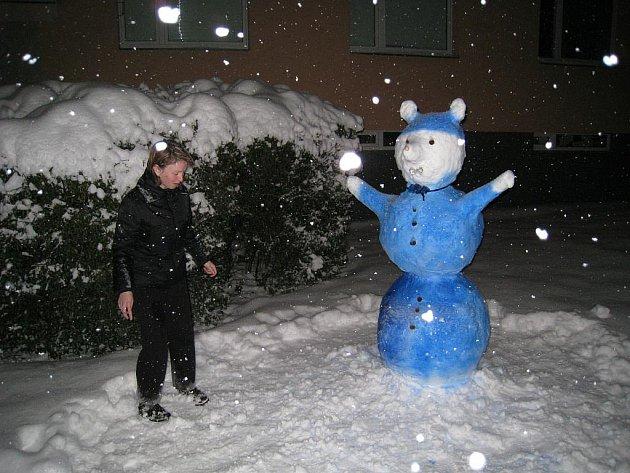 Sněhuláka namodro postavili v rychnovské Havlíčkově ulici.