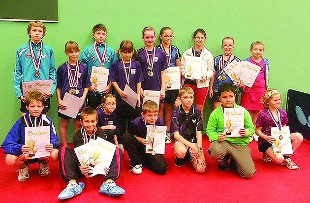 ÚČASTNICI regionálních přeborů mladšího žactva ve stolním tenise, které se uskutečnily v Kostelci nad Orlicí.
