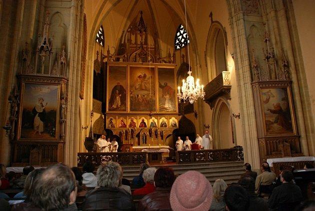 Schola Gregoriana Pragensis s uměleckým vedoucím Davidem Ebenem vystoupila v zámeckém kostele Nejsvětější Trojice. Zahájila tak benefiční koncerty, jejichž výtěžek má přispět na opravu průčelí kostela.