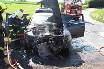 Mezi obcemi Svídnice a Krchleby začalo hořet auto.