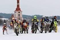 START. Závěrečného podniku MČR v motoskijöringu v Dobřanech se zúčastnilo rekordních devatenáct dvojic.