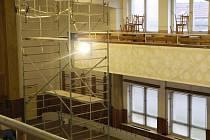 Sokolovna v Borohrádek postupně mění svou podobu. V loňském roce došlo na nejnutnější opravy. Budova byla v havarijním stavu. V současné době se mění hlavně vnitřní část, dojde také na zateplení a výměnu oken.