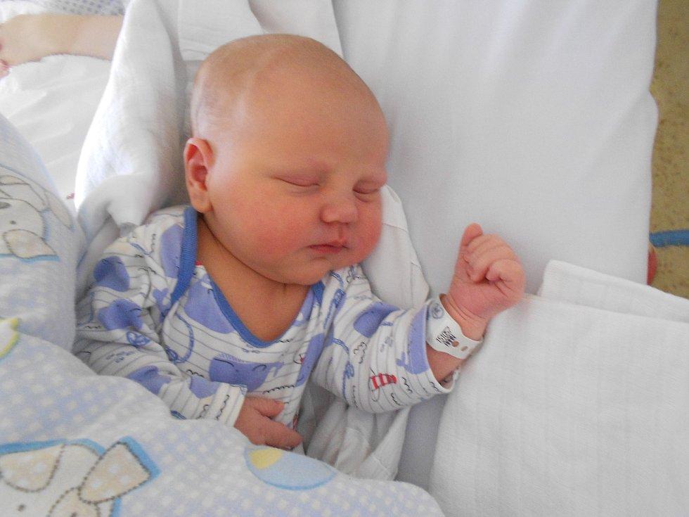 Antonín Myšák poprvé spatřil světlo světa 28. 2. 2021 v21:42 hod. Vážil 4 210 g a měřil 53 cm. Jeho rodiče Alžběta a Zdeněk Myšákovi pochází zTrnova. Tatínek byl u porodu dokonalou oporou.