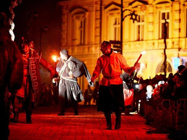 Létající čerti i andělé, rozsvícená radnice, svatý Mikuláš, ohňostroj - to vše mohli vidět návštěvníci v Opočně.