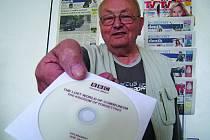 Jaroslav Doleček ukazuje originální DVD s dokumentem BBC.