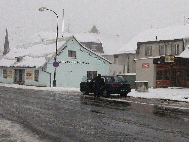 Květnová zima zaskočila řidiče v Orlických horách