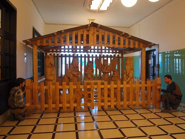 Vestibul městského úřadu v Kostelci nad Orlicí ozdobil betlém z dílny místního rodáka Aleše Fajfra.