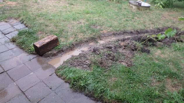 Hasiči pomohli majitelům domu sodstraněním vody a vykopali strouhu pro odtok vody.