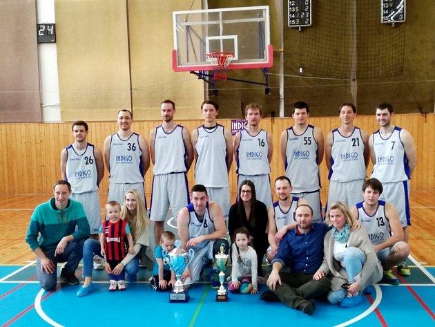 Vítězný tým BC Spartak Rychnov nad Kněžnou s cennými trofejemi.