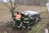 Při nárazu auta do stromu se zranil člověk.