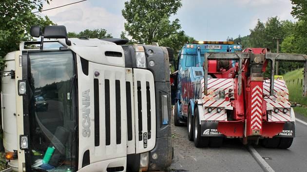 Převrácený kamion zablokoval silnici.