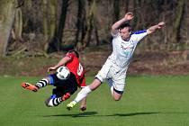 Obránce Kostelce nad Orlicí Kamil Kaplan (v bílém dresu) na zdelovském trávníku bojuje o míč s útočníkem Červeného Kostelce Kristiánem Čápem.