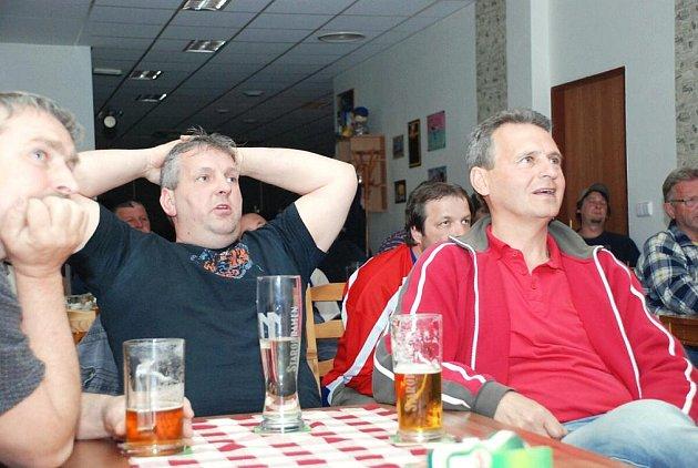 Fanoušci při semifinále  v kvasinské restauraci U Zvonečku.