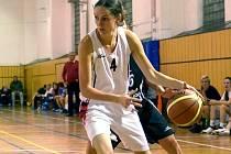 DRIBLING. Basketbalistky Týniště nad Orlicí (bílé dresy) navzdory dvěma prohrám jsou v čele Východočeské ligy.
