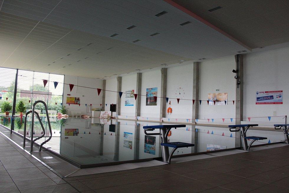 Centrální rozvaděč vyhořel. Provozovatel doufá, že nebude nutné vypustit i velký bazén, znamenalo by to další náklady navíc.