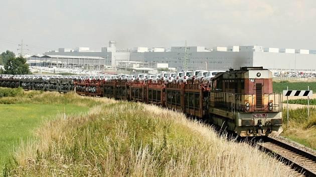 Nákladní vlaková souprava naložená novými vozy opouští kvasinskou automobilku.