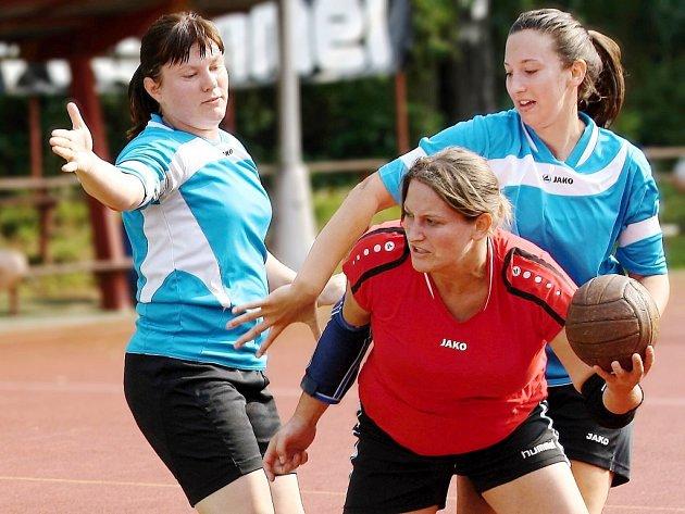 Deset branek zaznamenala dobrušská házenkářka Petra Vošlajerová (červený dres) a výrazně tak přispěla k jasnému vítězství svého týmu na hřišti sousedního Krčína.