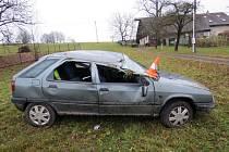 Řidič jel moc rychle, na kluzké vozovce dostal smyk.