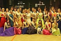 PLESOVOU SEZONU  v solnickém kulturním domě letos zahájil maturitní ples třídy 4. B Obchodní akademie T. G. Masaryka v Kostelci nad Orlicí.