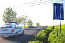 NA HORIZONTU U LIPŮVKY dochází k nebezpečné situaci. Chybí zde vodorovné značení a auta se kvůli tomu dostávají do protisměru do odbočovacího pruhu.