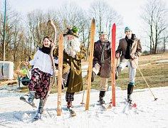 V maskách si na sněhu užívali děti i dospělí.