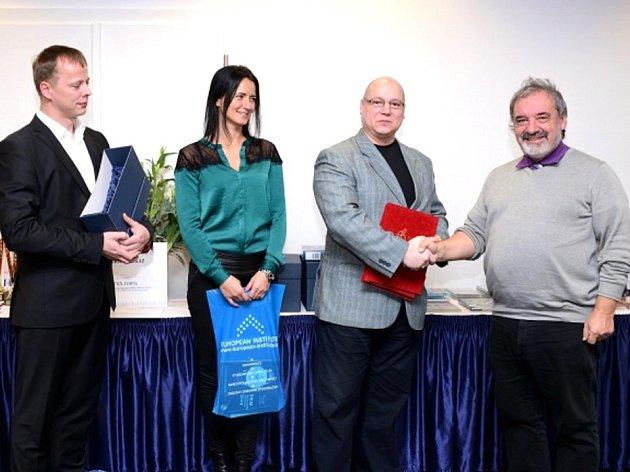 SLAVNOSTNÍ AKT. Šachový trenér Jiří Daniel (zcela vpravo) přejímá ocenění za dlouhodobou úspěšnou práci s mládeží.