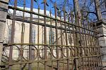 Zachovala se jen část historického plotu, zbylá vzala za své při vichřici.