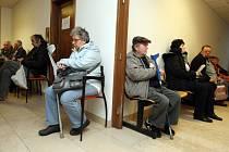 Mnoho lidí s velkým strachem čeká na svůj příspěvek od státu. Někteří doma, jiní už na úřadech.