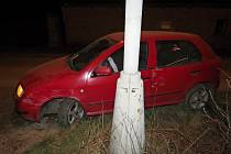 Řidič vozu zn. Škoda Fabia v mírné pravotočivé zatáčce na začátku obce nejel při svém okraji vozovky, přejel do protisměru, kde se střetl s řidičkou vozu zn. Škoda Felicia.
