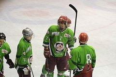 RADOST. Čestičtí hokejisté v utkání na jaroměřském ledě přestříleli domácí rezervu a po zásluze se radovali z prvního vítězství v letošním ročníku Krajské soutěže.