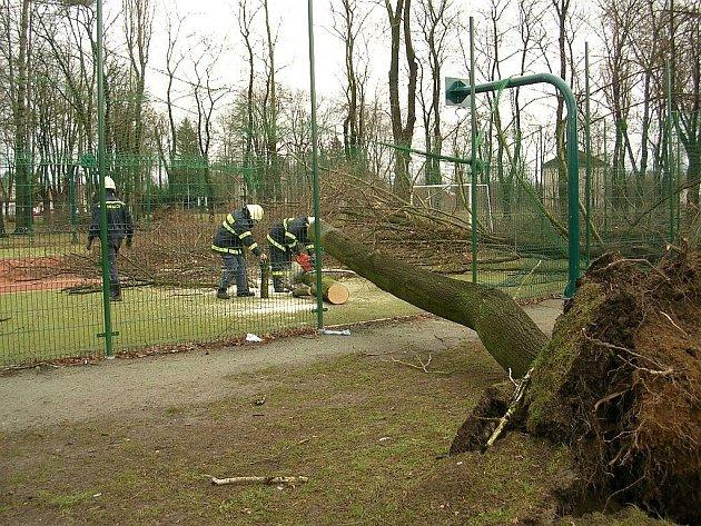 Řádění Emmy zničilo jen dva roky staré multifunkční sportovní hřiště a tenisové kurty v Častolovicích.