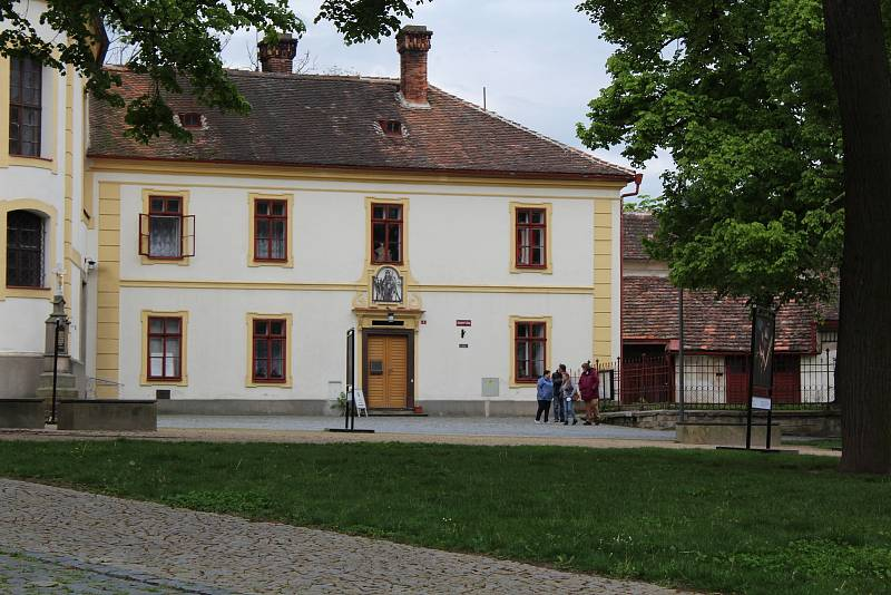 Budova opočenského děkanství s navazující kaplankou vpravo.