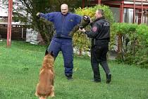 Velitel městské policie Rychnov nad Kněžnou Miloš Friml byl s kolegy a služebním psem vyprávět o své práci dětem v Mateřské škole Láň.