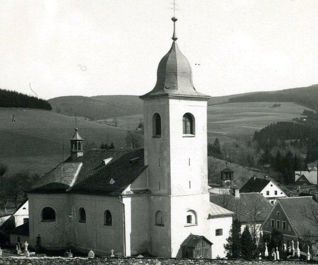 Většina současných staveb kostelů a kapliček pochází z2. poloviny 17.století až konce 18.století. Na snímku se nachází Kostel svaté Máří Magdalény vOlešnici vOrlických horách.