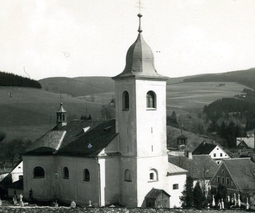 Většina současných staveb kostelů a kapliček pochází z 2. poloviny 17. století až konce 18. století. Na snímku se nachází Kostel svaté Máří Magdalény v Olešnici v Orlických horách.