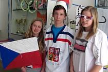 Nejdřív smutné oči, pak ale radostná gesta. Přestože školáci doufali v postup hokejistů, olympiádu si užívají. Dnes navíc pojedou se svými vyrobenými fandítky na Letnou.