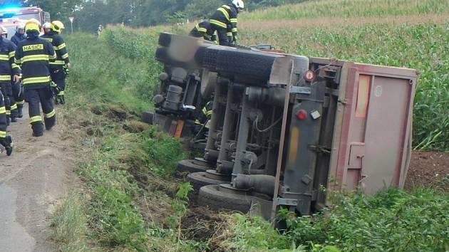 Pod nákladním autem ve Vyhnánově se utrhla krajnice
